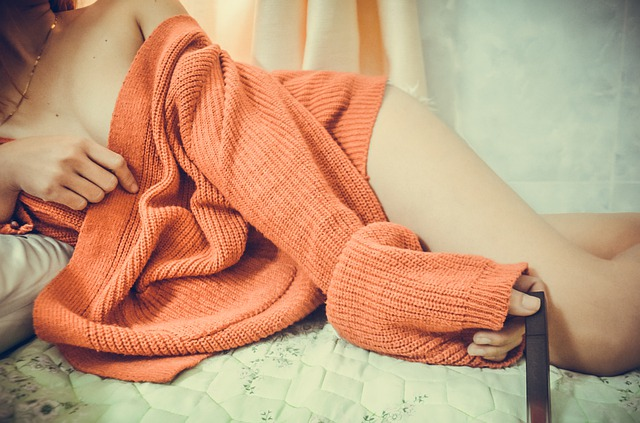 nahá žena pod svetrem.jpg
