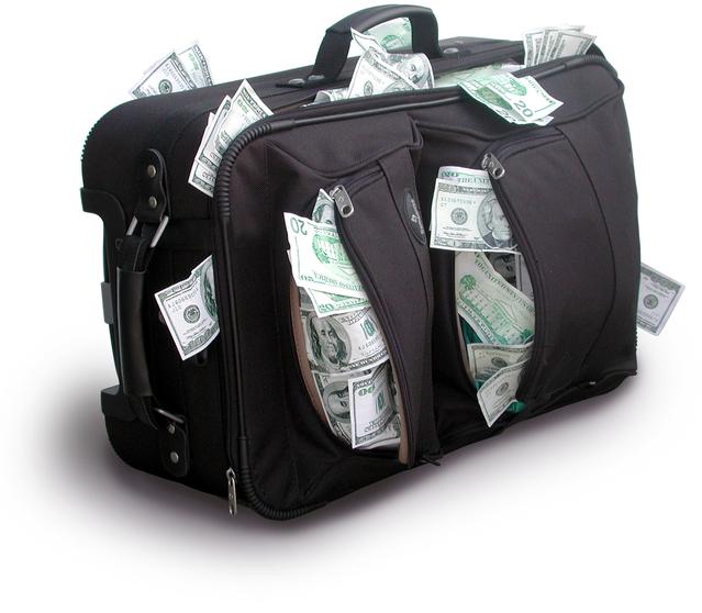 přeplněný kufr peněz