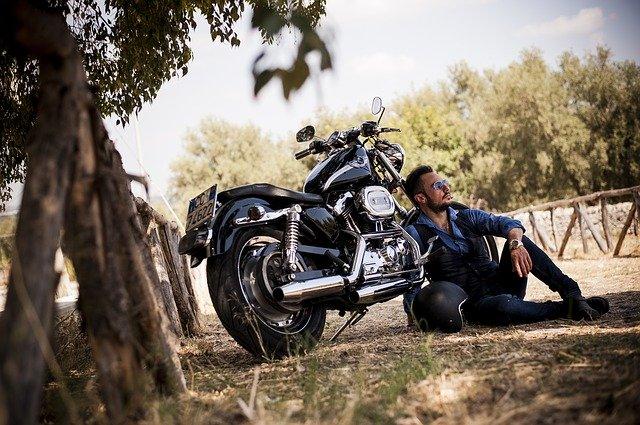 motorkář u motorky