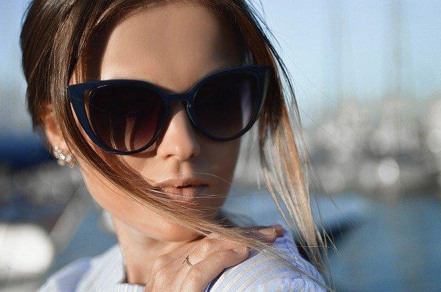 žena s brýlemi portrét