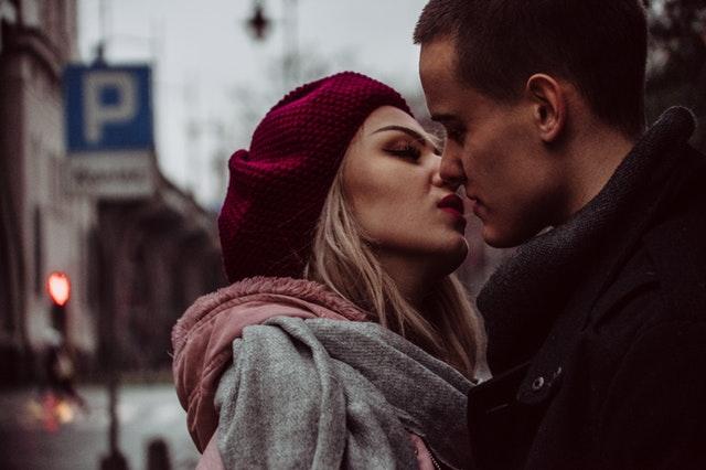 polibek dvou lidí