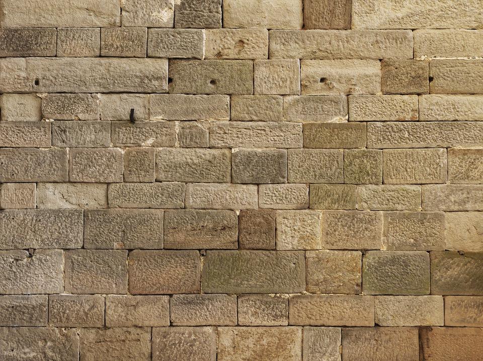 Jaký je ceník betonového plotu včetně odborné montáže